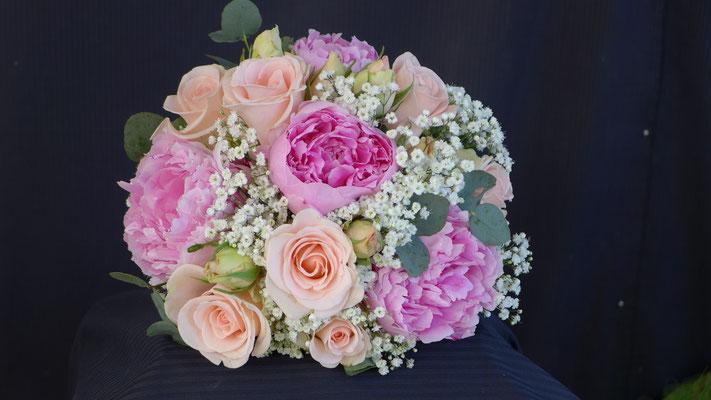 Bouquet de mariée rond, rose pivoines, gypsophile, le clos des roses 65 euros