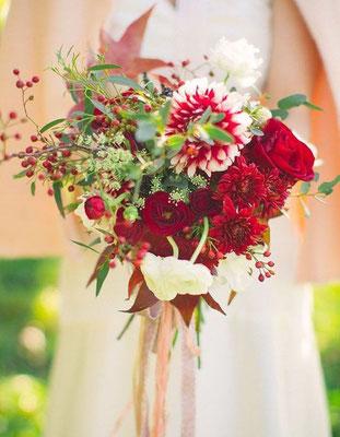Bouquet de mariée champêtre bordeaux et blanc le clos des roses 30 euros