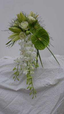 Bouquet de mariée en chutte, anthurium orchidée, le clos des roses 80 euros