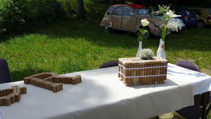 décoration du vin d'honneur en extérieur. Soliflores avec différentes fleurs