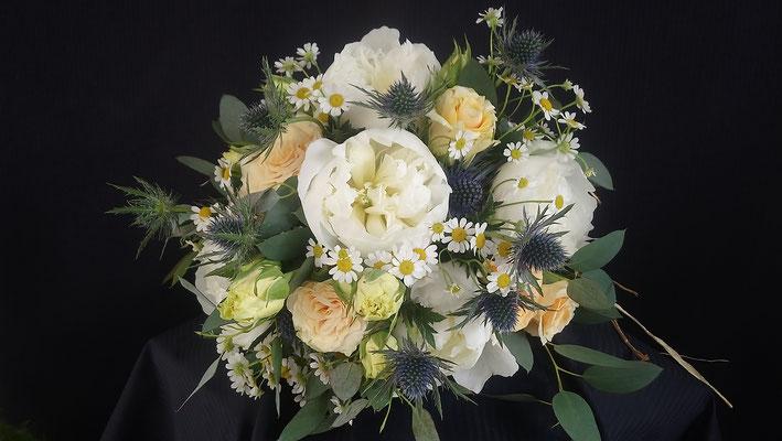 Bouquet de mariée rond, roses pivoines, le clos des roses 65 euros