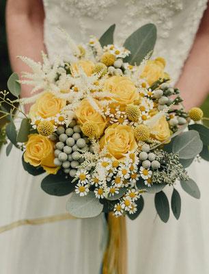 Bouquet de mariée champêtre jaune et blanc le clos des roses 65 euros