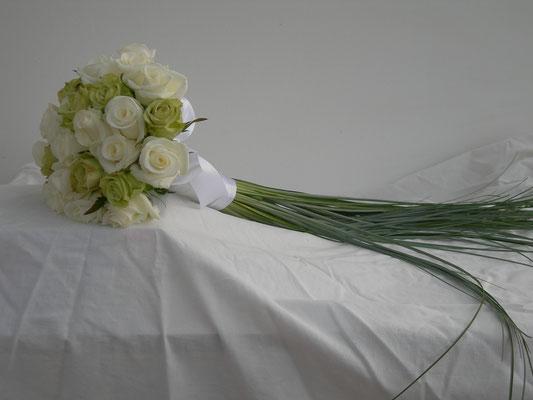 Bouquet de mariée rond, blanc et vert, le clos des roses 65 euros