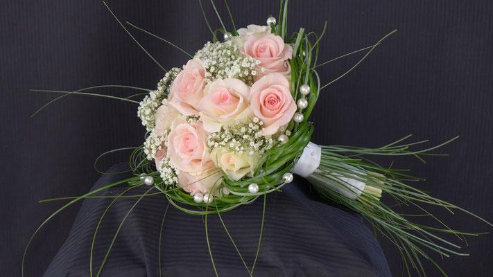 Bouquet rond roses gypsophile, le clos des roses 65 euros
