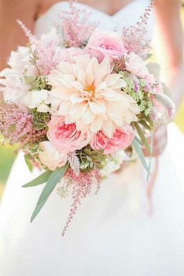 Bouquet de mariée champêtre blanc rose poudré le clos des roses 65 euros