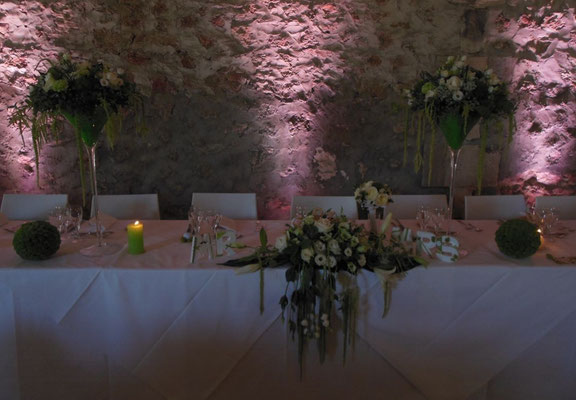 Centre de table mariés. Coupe martini 50 euros. Chemin de table 50 euros