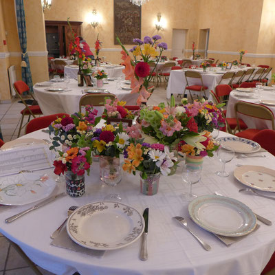 centres de tables dans des pots bigarrés avec des fleurs champêtres