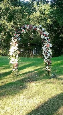 Arche de cérémonie laïque réalisée par le clos des roses.