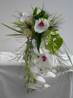 Bouquet de mariée en chutte, orchidée, le clos des roses 80 euros