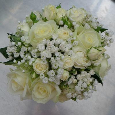 Bouquet de mariée blanc : roses gypsophiles roses branchues bouvardia 65 euros