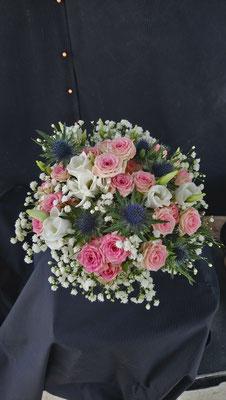 bouquet de mariée rose gypsophile chardon lisianthus le clos des roses 65 euros