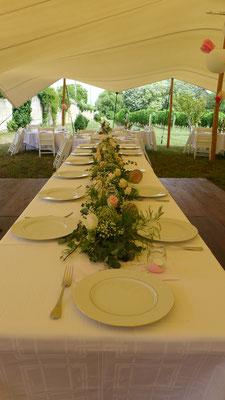 centre de table des mariées chemin de fleurs champêtres 15 euros / mètre