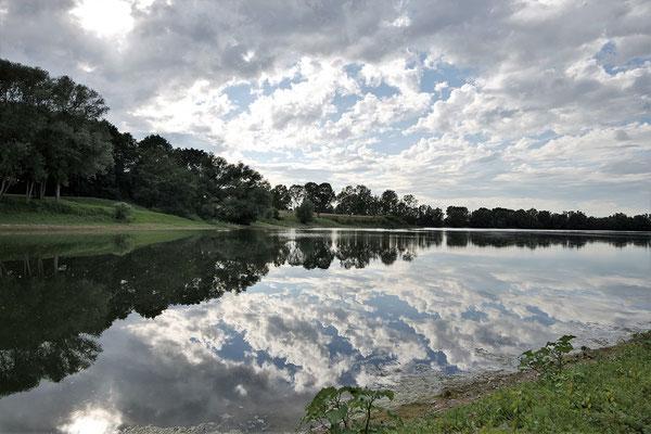 Panoramablick auf den hauseigenen See