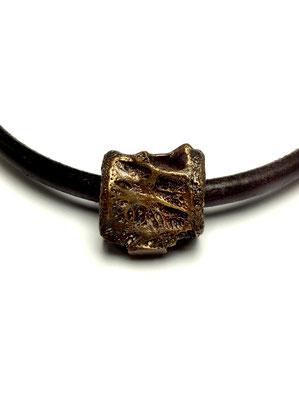 Lederkette mit Anhänger Haiwirbel in Bronze