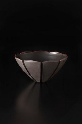 黒磁赤絵線条鉢  φ30cm
