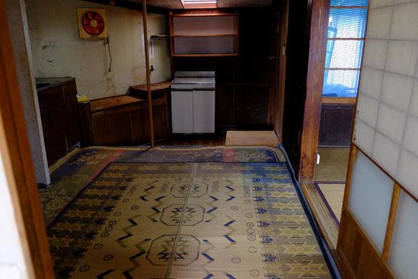 台所の床はとても傷んでいます。