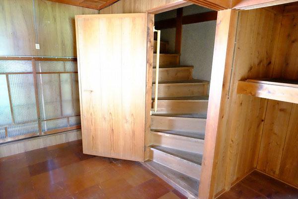 洋間から2階に上がる階段
