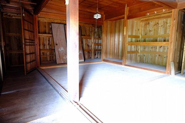 建具・畳を撤去し造作材だけになった室内