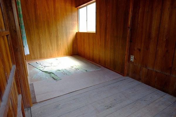 広い板間が一室あります