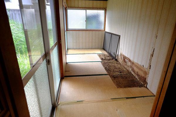 5帖の和室 家具を取り除いた跡の畳が傷んでいます