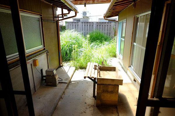 1階縁から中庭を臨む