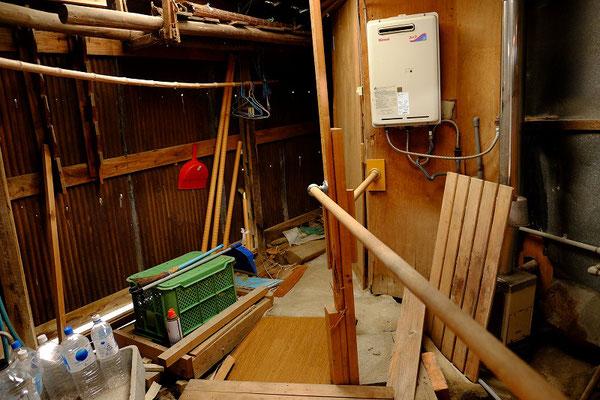 倉庫は荒れています。ここの一角に浴室があります。