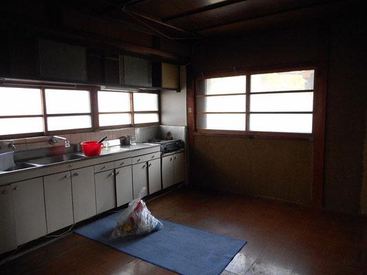 台所の床は流し台前が傷んでいます(マットが敷かれているあたり)