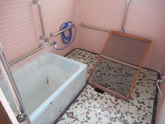 浴室は窓ガラスが割れていて浴室内は荒れています。