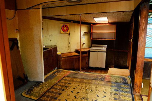 台所はもともと土間だったところに板を貼ったので段差があります。
