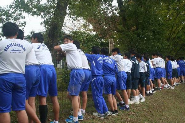 グランド南側のコースを走る生徒に声援