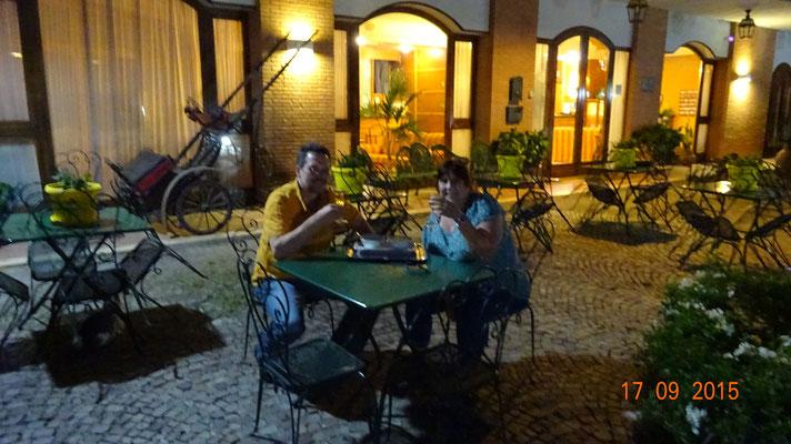 Abends vorm Hotel
