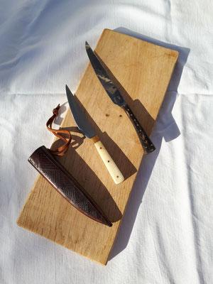 Griffplattenmesser mit punzierter Lederscheide