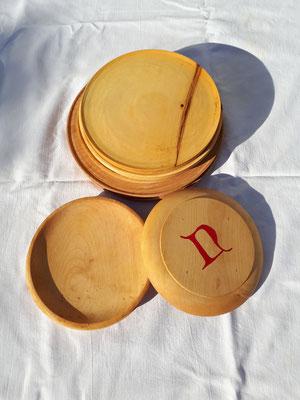 Gedrechselte Teller, mit und ohne Bodenmarken