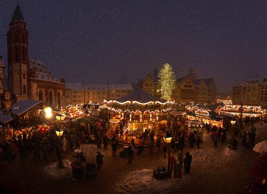 Der Frankfurter Weihnachtsmarkt am Römer mit Schnee 02