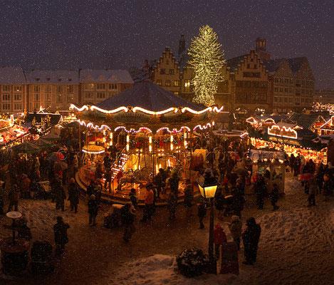 Der Frankfurter Weihnachtsmarkt am Römer mit Schnee 01