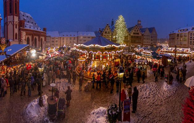 Der Frankfurter Weihnachtsmarkt am Römer mit Schnee 03