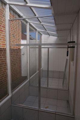 Umbau Außenvoliere - Schritt 5: Türen werden eingesetzt