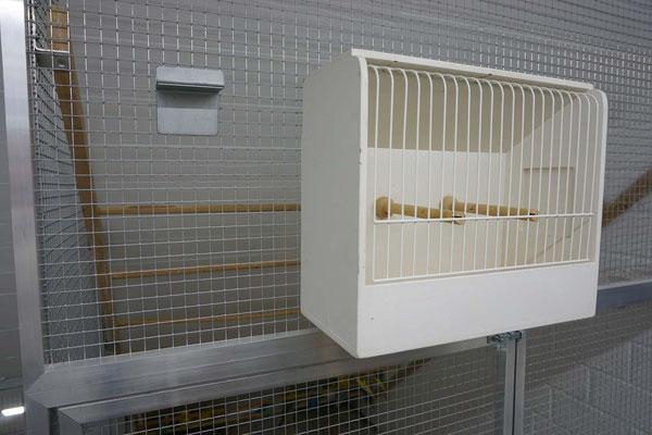 Durch die Halterung können an beliebiger Stelle der Volieren Schaukäfige gehängt werden