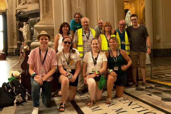 Unsere Gruppe mit der Busleitung (Martina Röthlein, Albin Krämer, Thomas Wollbeck) von der PG der Frankenaposteln (Bild von Max Frey)