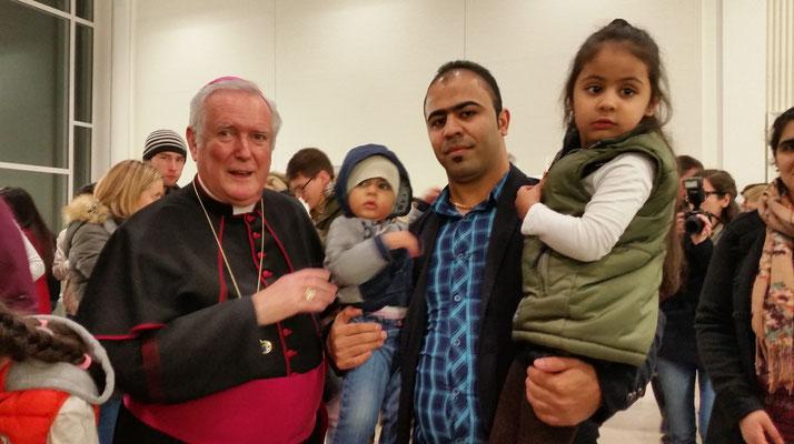 Familie Musawi mit Bischof Hoffmann (Bild Musawi)