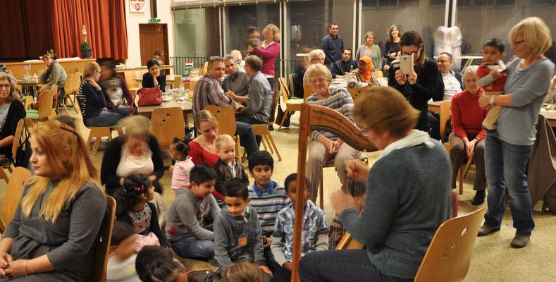 Christel Ballmann spielt Harfe (Bild Majid)