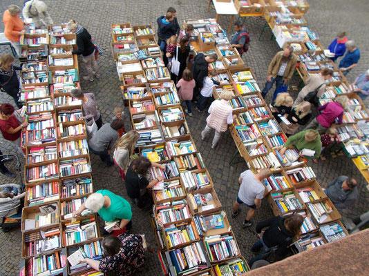 Foto von der Bücherei Pflaumheim  -  Buchflohmarkt kurz nach Öffnung