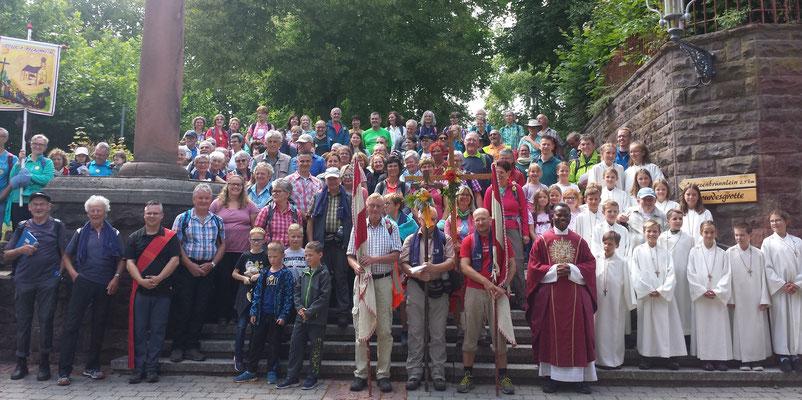Zufriedene Pilger versammeln sich nach der Messfeier auf dem Wallfahrtsplatz zum Gruppenbild  -  Foto von Peter Eichelsbacher