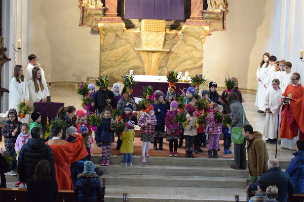 Kinder nach dem Einzug in die St.-Luzia-Kirche (Bild von Elke Kraus)