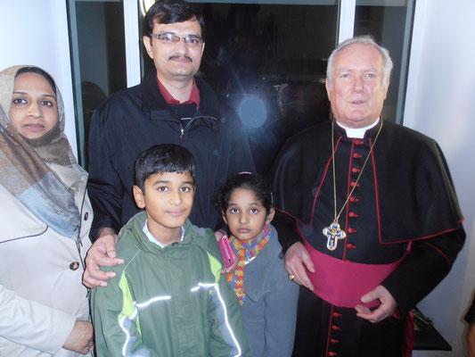Familie Rana und Bischof Hoffmann (Bild Birgit Godhammer)