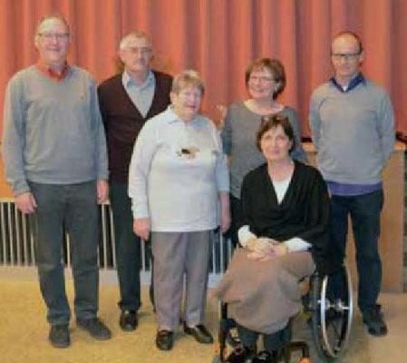 Für jahrelange treue Dienste wurden Jakob und Gertrud Raab (2. und 3. von links) geehrt  -  ganz rechts Pfarrer Thomas Wollbeck (Bild von Christine Reichert-Rachor)
