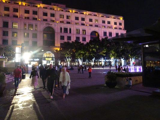 Mandela-Platz am Abend hell dekorativ erleuchtet. Sieht ein wenig nach Weihnachten aus.