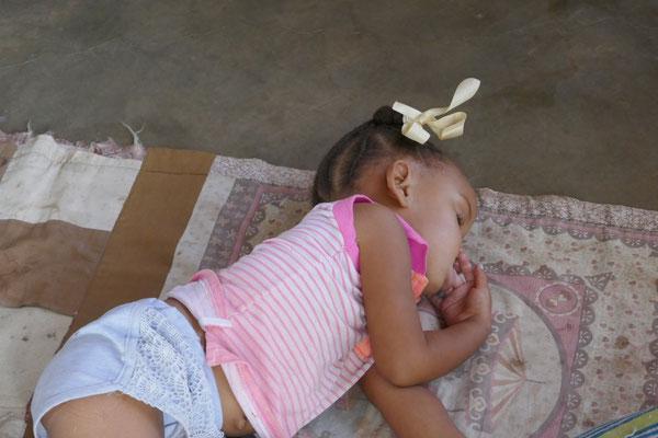 Diese Kleine hat sich nach der Schule ersteinmal zum schlafen auf den Boden gelegt! Süß, sie hat uns gar nicht bemerkt.