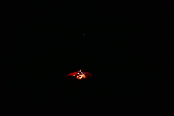 Lagerfeuer mit Blick in die absolute Dunkelheit, sorry: außer der Sichtung von ein bei Glühwürmchen!
