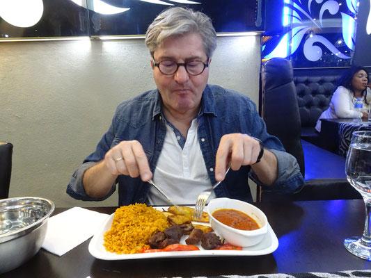 Das ist jetzt aber wirklich typisches afrikanisches Essen. Ziegenfleisch mit lecker gewürztem Reis und Bratbanane.